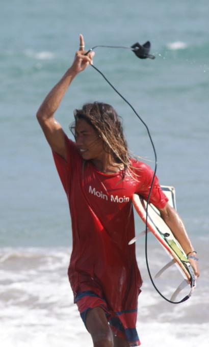 Hendrik kommt nach dem Surfen glücklich aus dem Wasser