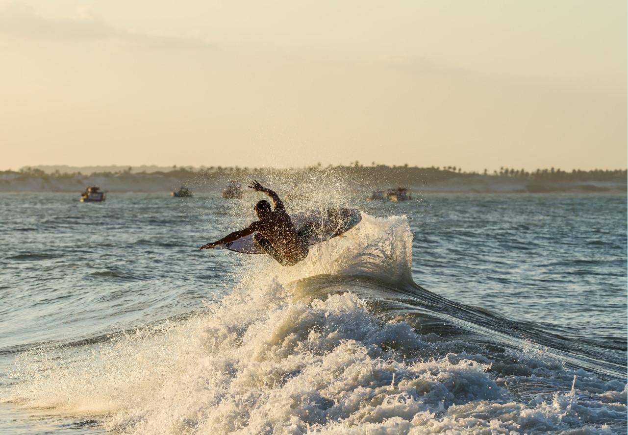 Surf macht Manöver, er hat Surf Fitnesstraning gemacht