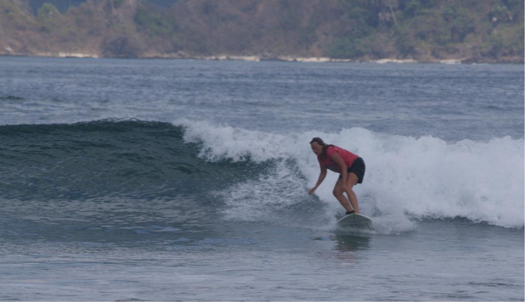 Ramona surft eine Welle in Java