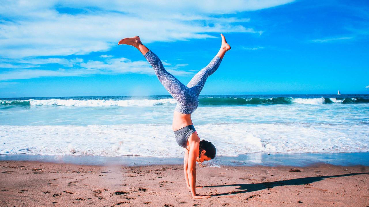 Frau macht Surf Fitnesstraining am Strand