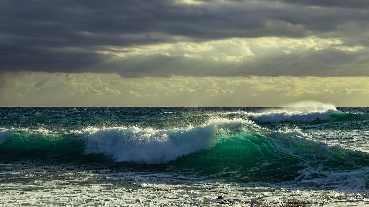 Meer mit Onshore Wind und Wellen schlechte Surfbedingungen