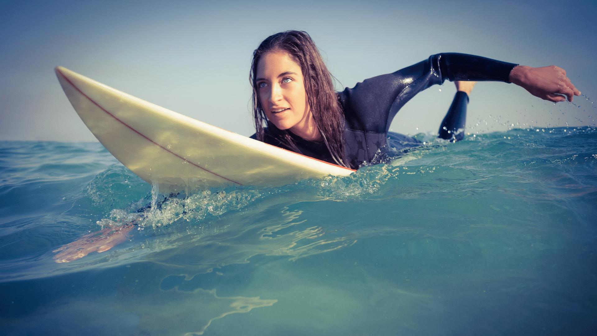So bekommst du mehr Wellen beim Surfen mehr Wellen bekommen Welle anpaddeln